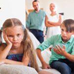 كيف تتصرف مع الطفل الذي لا يدع أخاه يشاهد برنامجه التلفزيوني