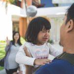 كيف تتصرف مع الطفل الذي لا يريد أن تحمله ولا يريد أن يمشي