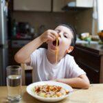 كيف تتصرف مع الطفل الذي لا يريد أن يأكل بالشوكة أو الملعقة