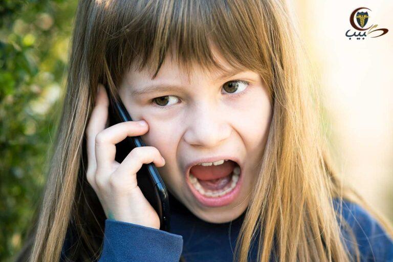 كيف تتصرف مع الطفل الذي لا يريد أن يتكلم مع والده على الهاتف