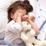 كيف تتصرف مع الطفل الذي لا يريد أن ينام في السرير أو السرير الكبير