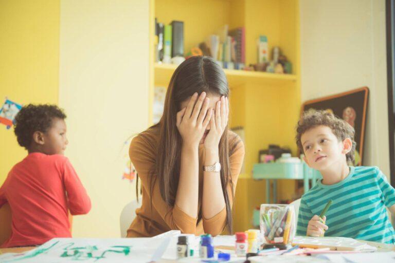 كيف تتصرف مع الطفل الذي لا يريد الإصغاء إلى المعلمة