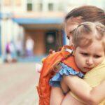 كيف تتصرف مع الطفل الذي لا يريد الذهاب إلى مدرسة جديدة