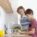 كيف تتصرف مع الطفل الذي لا يريد غسل يديه