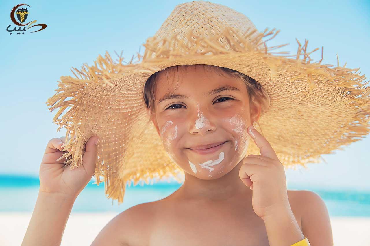 كيف تتصرف مع الطفل الذي لا يريد وضع كريم الوقاية من الشمس