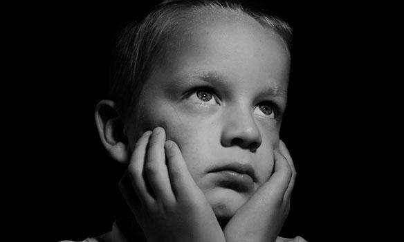 ضعف التحصيل المدرسي للطفل بسبب الخجل والانعزال