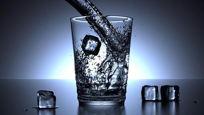 هل شرب الماء البارد بدل الماء الفاتر من الطرق الفعالة في تخفيف الوزن؟