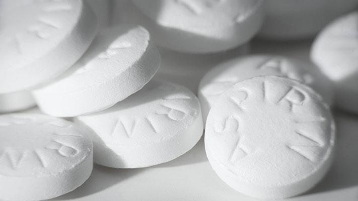 هل يجب على كل من تجاوز الأربعين تناول الأسبرين يومياً للوقاية من أمراض القلب؟