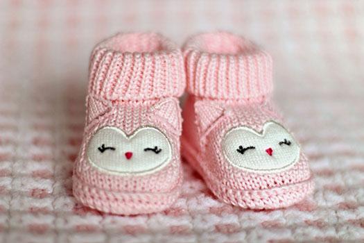 لبس الأحذية والجوارب للطفل في الشهر السادس
