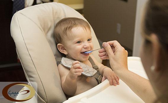 كرسي الطعام للطفل في الشهر الخامس