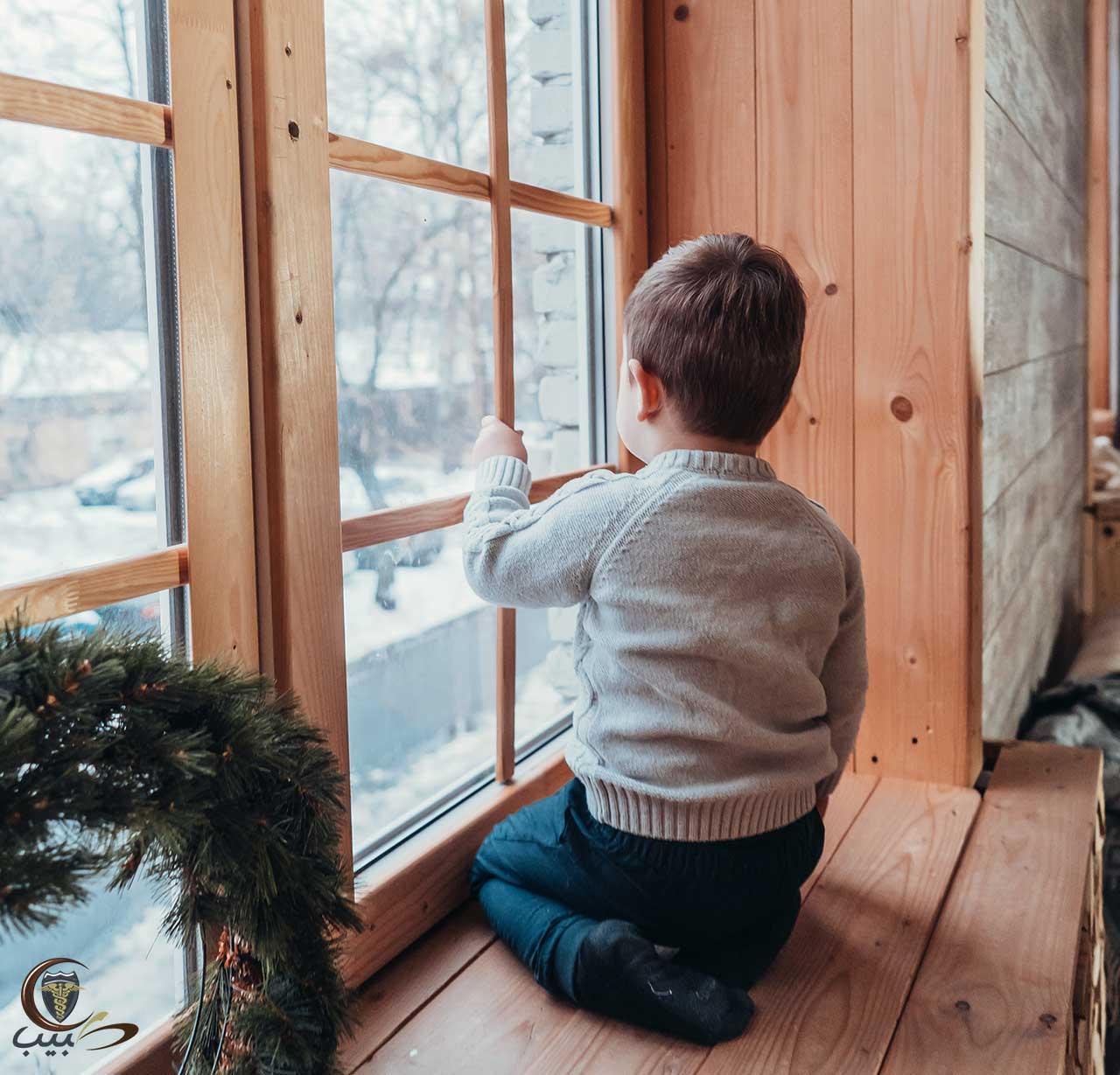 حماية الطفل من السقوط من أعلى الأشياء