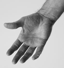استخدم أصابع يدك الأخرى لتضع جراً خفيفاً على الرسغ